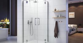 Ванная комната с душевой кабиной бренда Sanplast, белая, прозрачные двери